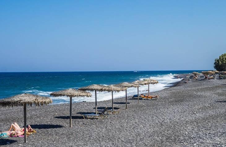 Kamari plaža na Santoriniju u Grčkoj