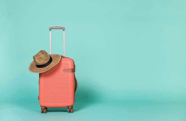 šešir i kofer za putovanje