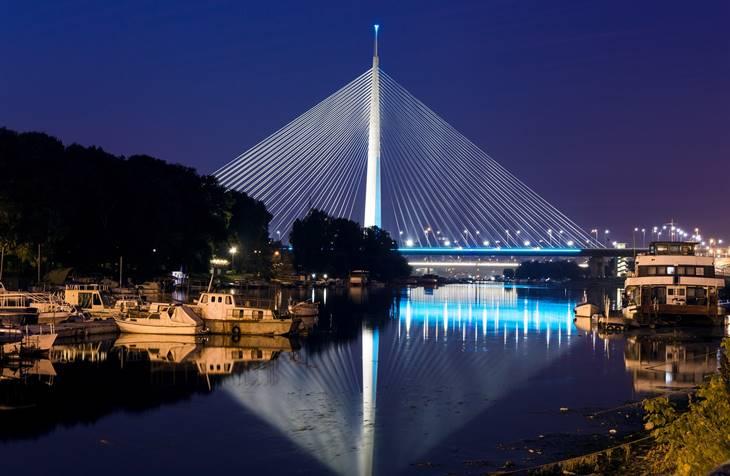 Pogled na most na Adi noću