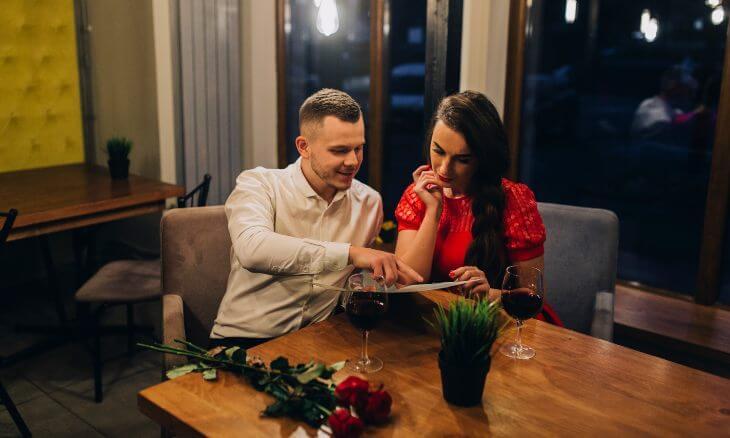Momak i devojka večeraju u restoranu