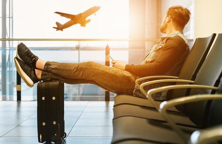 putnik na aerodromu sa koferima