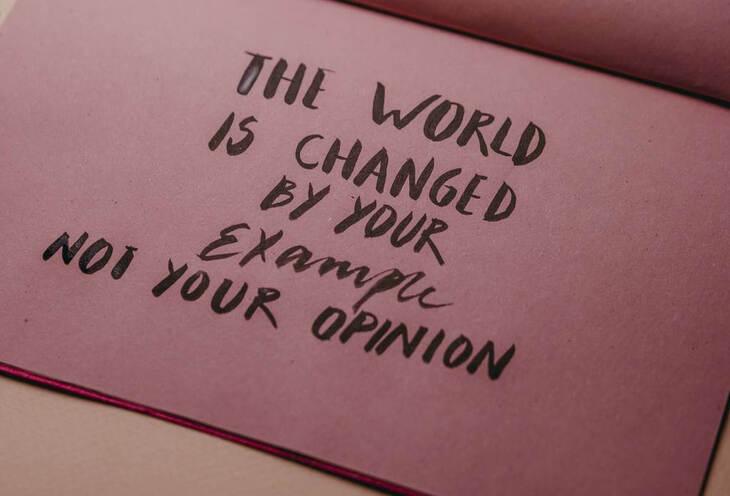 roze tabla na kojoj je ispisan citat o primeru koji dajemo ponašanjem