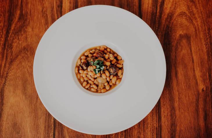 Pasulj serviran u belom tanjiru