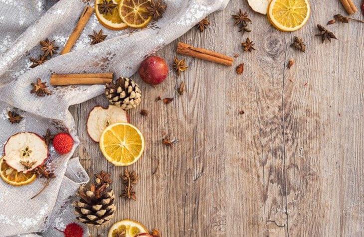 cimet, narandže i jabuke kao dekoracija na stolu