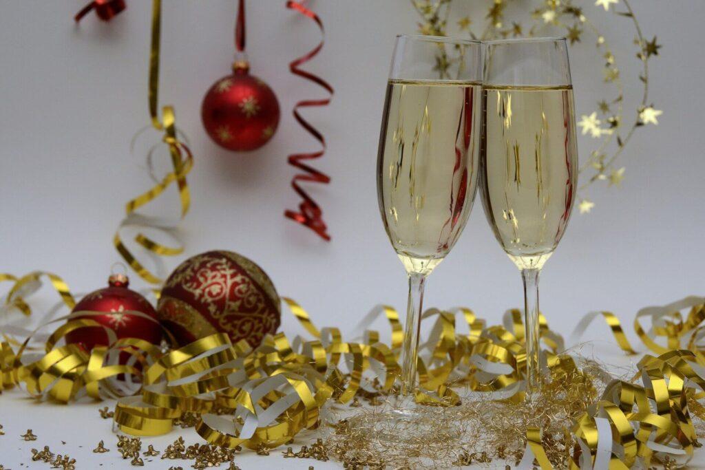 novogodišnja dekoracija i dve čaše za šampanjac