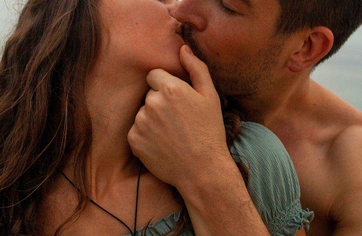 strastveni poljubac zaljubljenog para