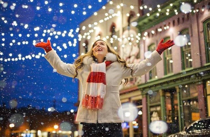 nasmejana devojka na okićenom gradskom trgu