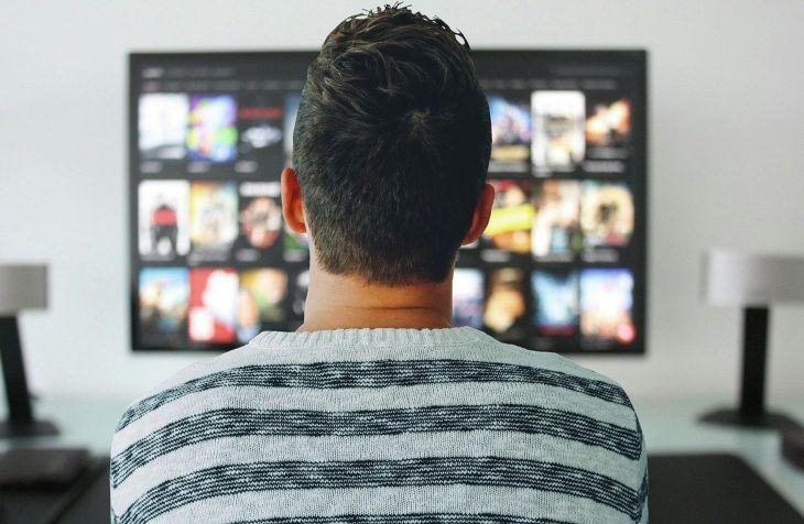muškarac ispred ekrana na kom je prikaz liste HBO serija