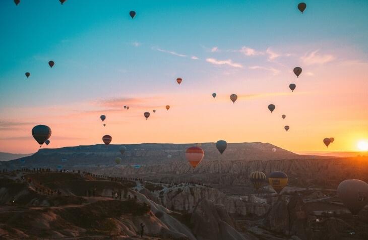 izlazak sunca u Kapadokiji i pogled na balone