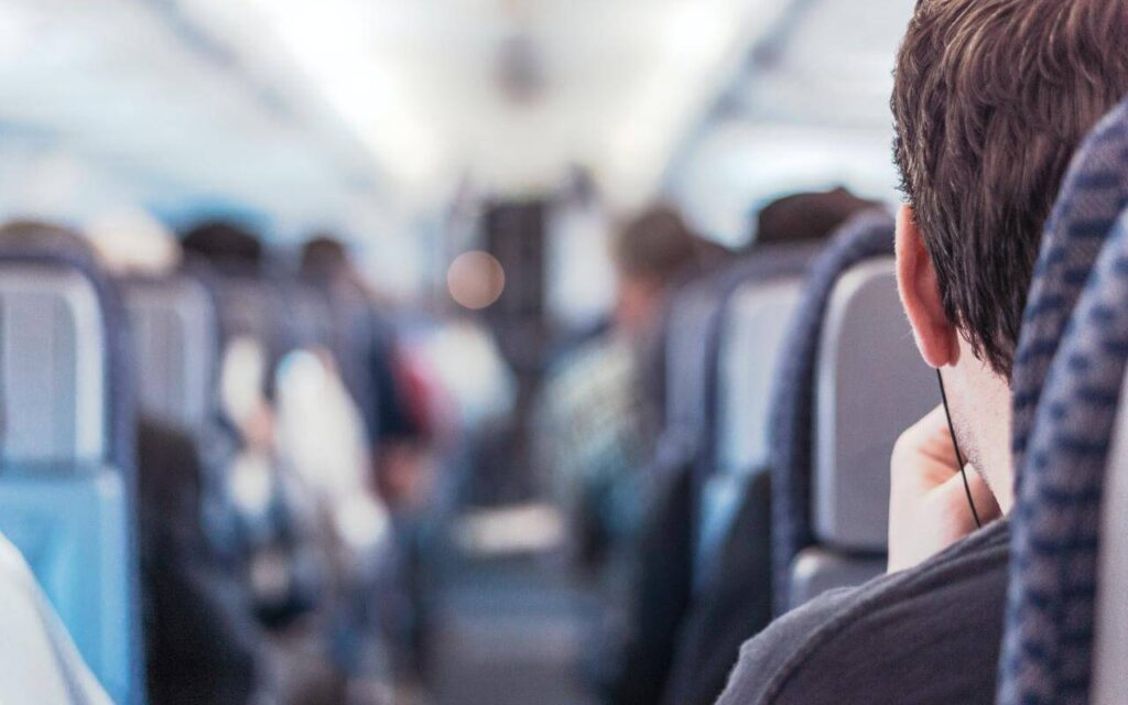Enterijer aviona i putnici u njemu