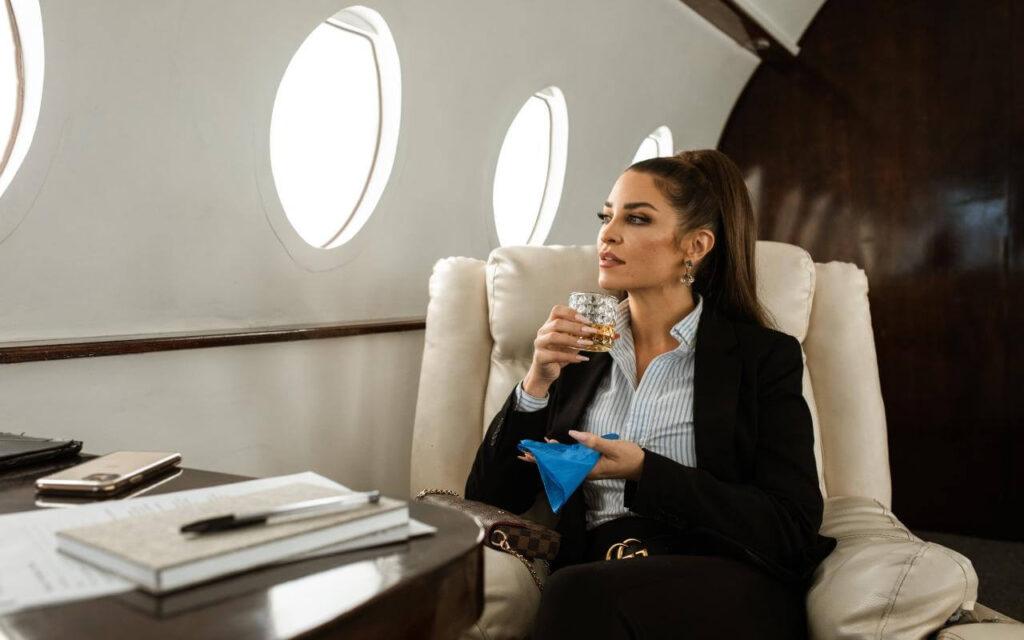poslovna žena u privatnom avionu